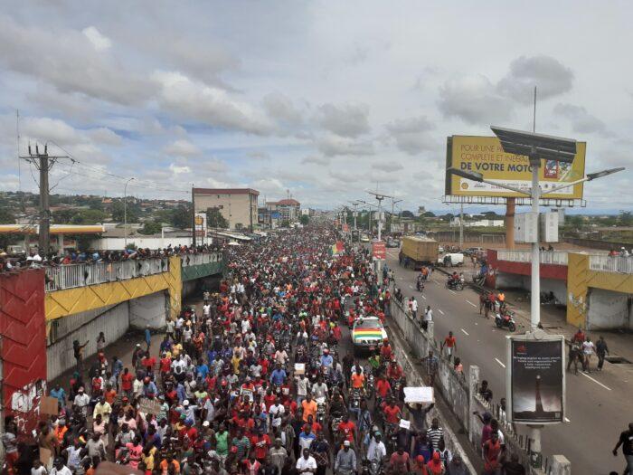 Tausende Menschen auf einer breiten Straße