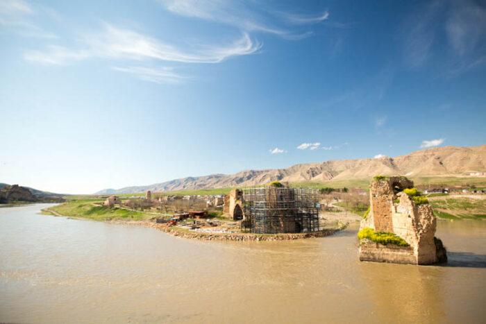 Panorama einer Flusslandschaft mit Ruinen