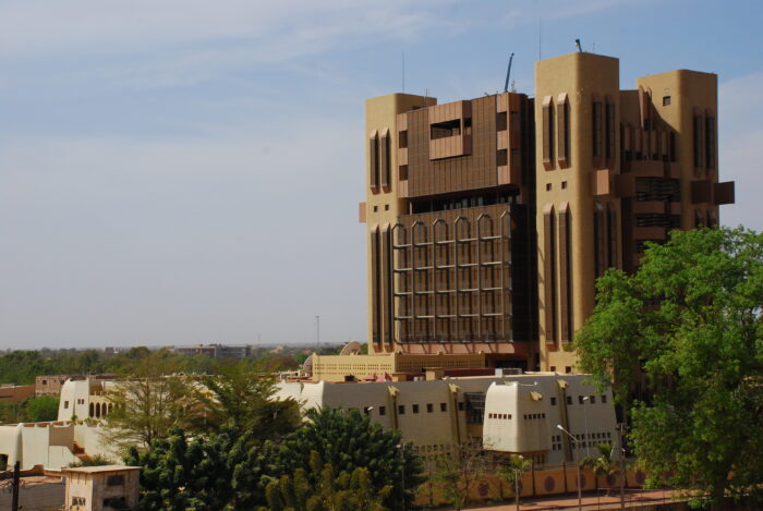 Modernes Hochhaus im Sudano-Sahelischen Stil vor blauem
