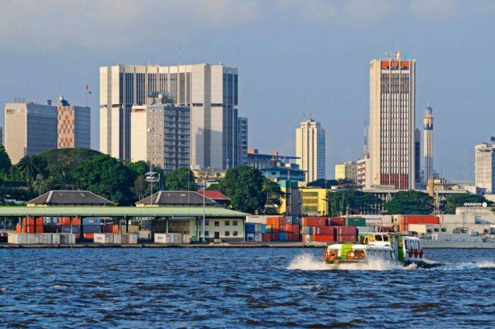 Ansicht einer Skyline hinter einem Conterterminal und einem Boot
