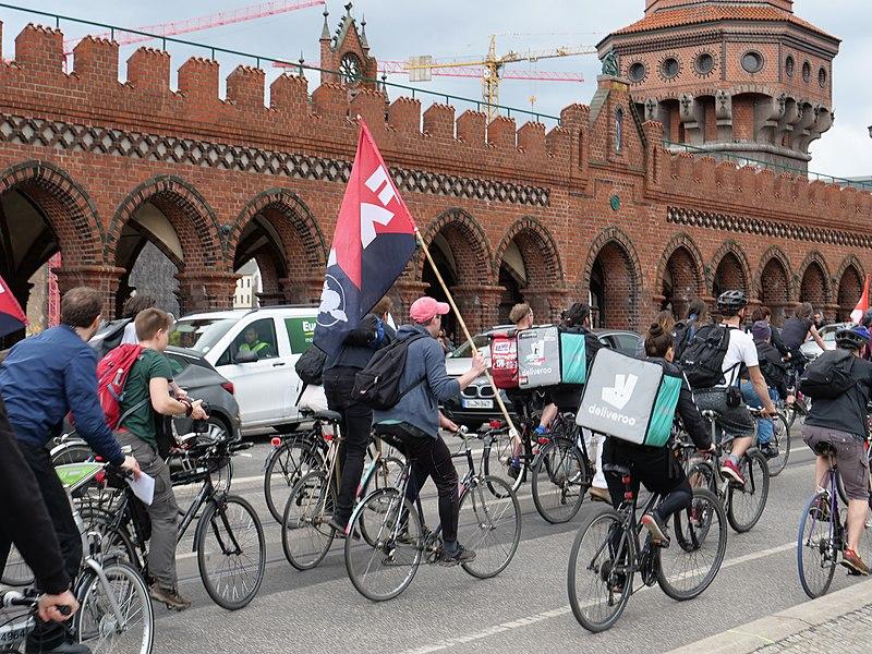 Fahrraddemo gegen die Arbeitsbedingungen von Kurier*innen des Essenslieferdienstes Deliveroo,  2018 in Berlin.