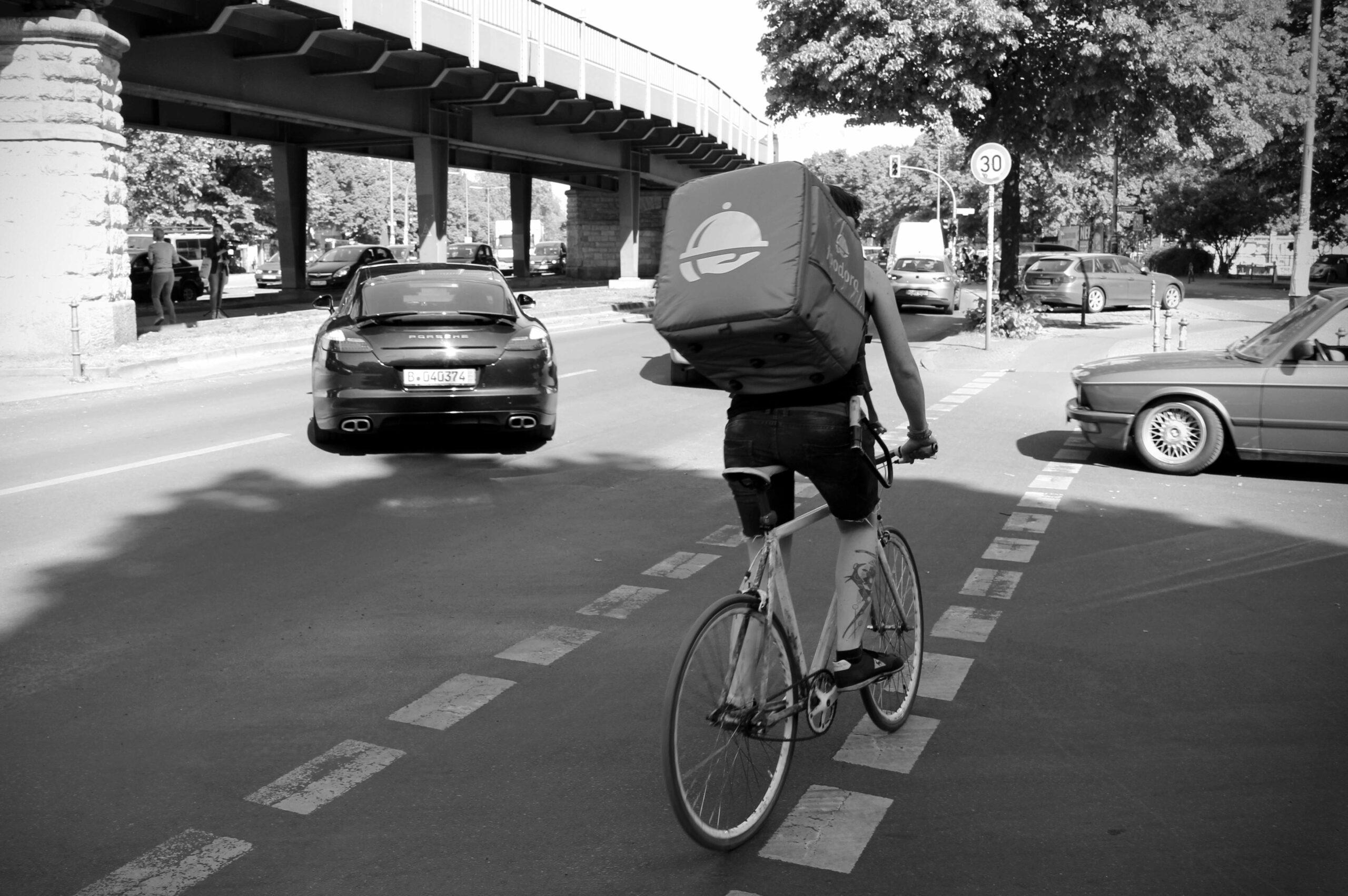 Eine Kurierfahrerin von Deliveroo