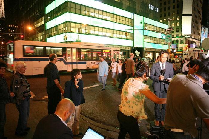 Journalist*innen am Tag der Lehman-Pleite vor dem Hauptquartier der Bank in New York