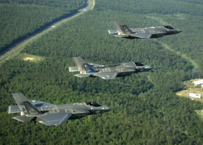 Drei Kampfflugzeuge des Typs f 35 über einem Wald