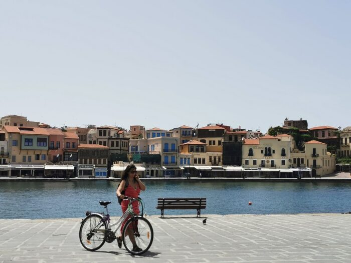 Frau mit Fahrrad, Insel Kreta