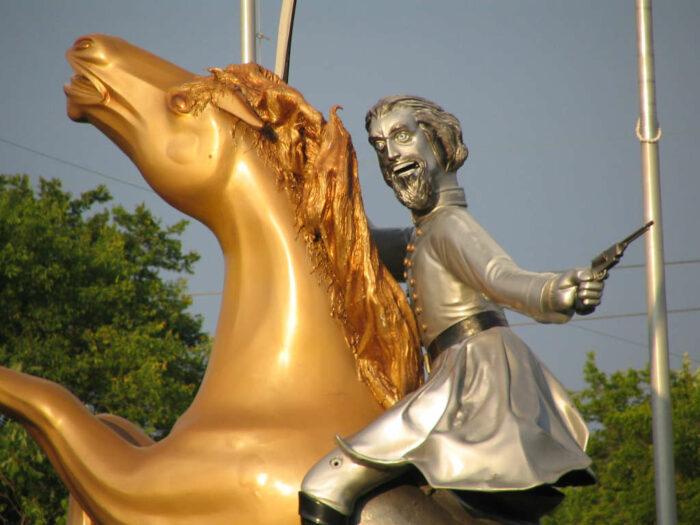 Statue eines Generals mit gruseligem Blick auf einem Pferd