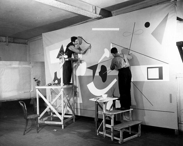 Ilya Bolotowskys arbeitet an einem Wandgemälde