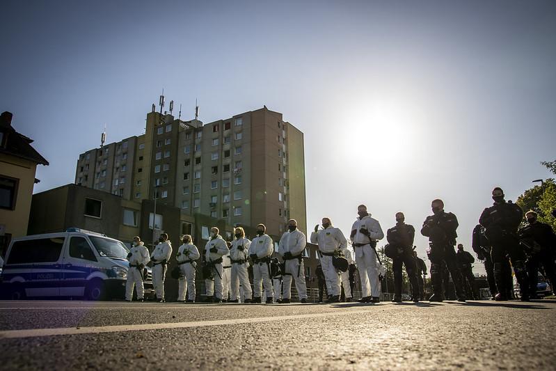 Polizeikette vor einem Mehrstöckigen Gebäude