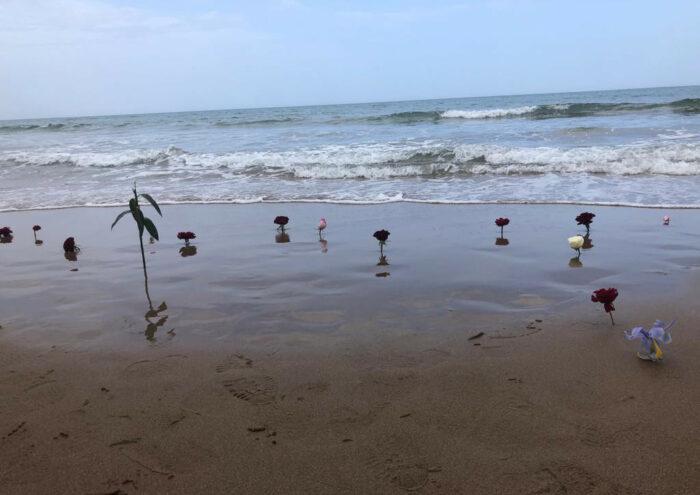 Strand mit Blumen, um an die Toten im Mittelmeer zu gedenken