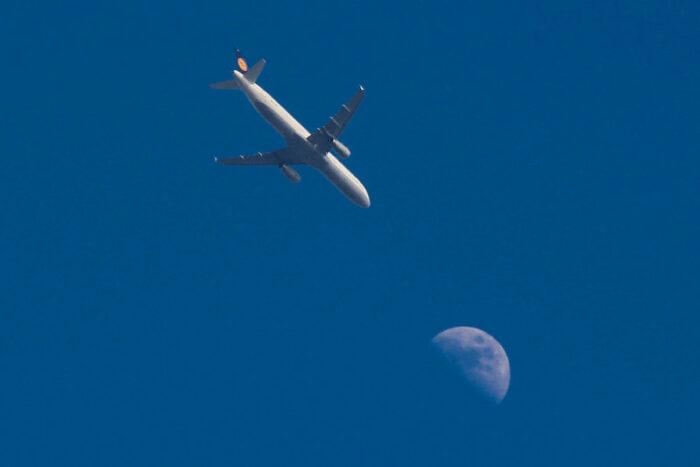 Flugzeug der Lufthansa fliegt auch den Mond zu