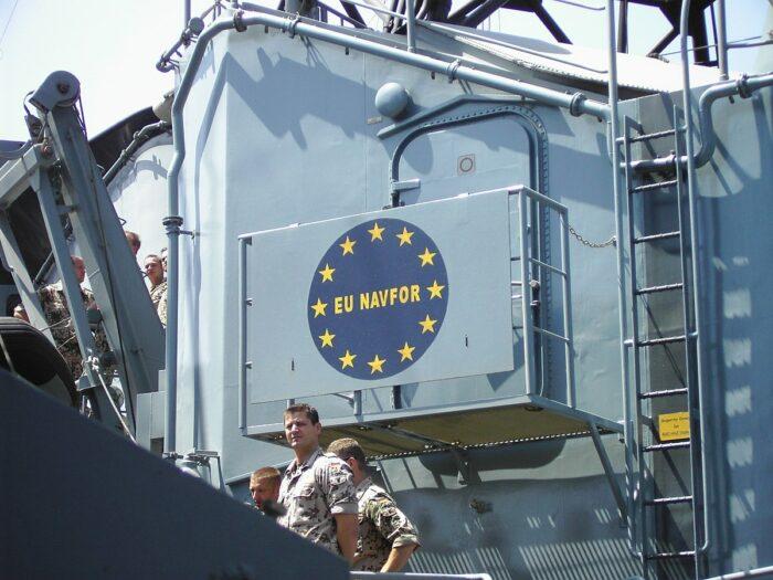Ausschnitt eines Kriegsschiffes mit EU Insignien und deutschen Soldaten