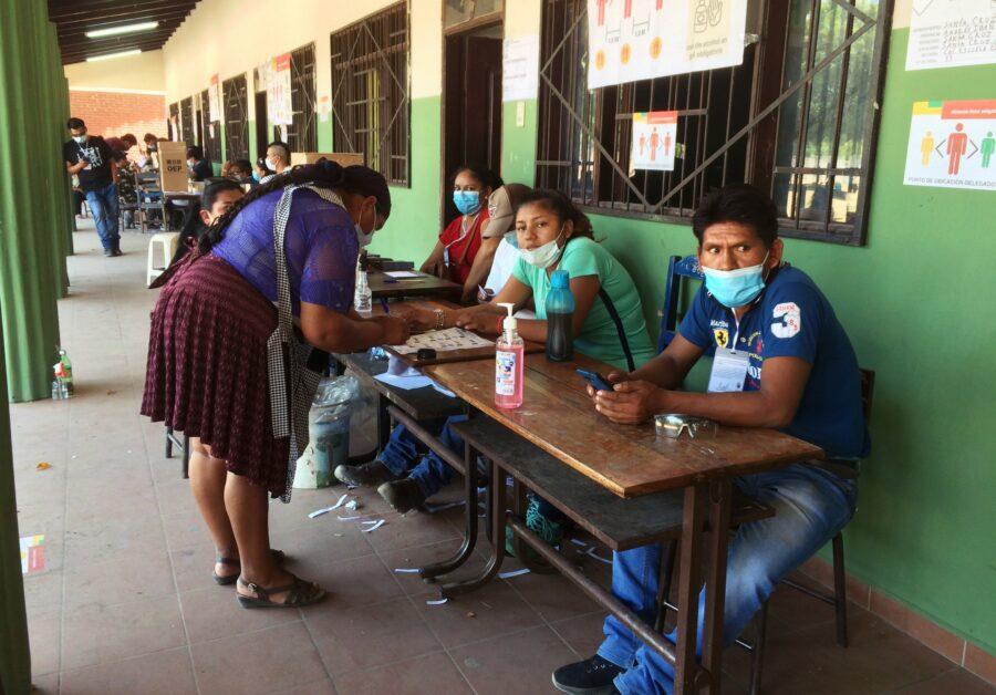 Eine bestätigt mit einer Unterschrift ihre Teilnahme an der Wahl