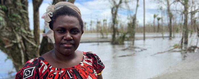Die neu gewählte Parlamentarierin Theonila Roka Matbob vor einer vom Bergbau verwüsteten Landschaft
