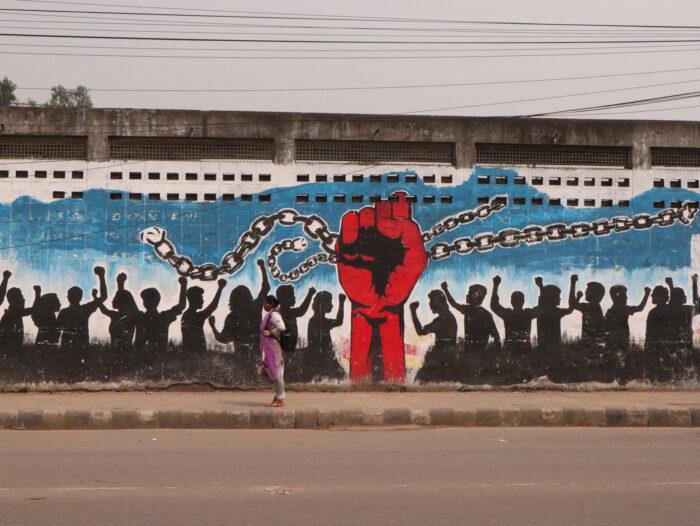 Graffito einer roten Hand, die Ketten durchbricht