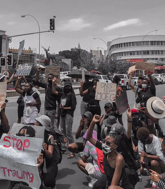 """Jugendlich protestieren auf der Straße und halten Plakate, unter anderem """"Ons is Moeg"""""""