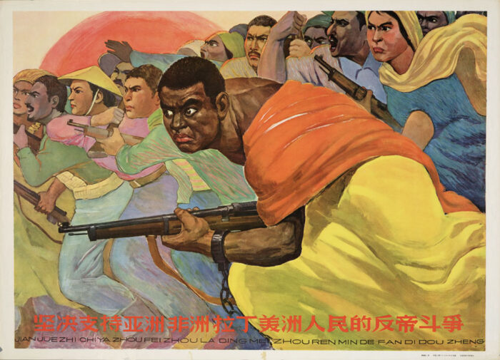 Wütende Masse, teilweise bewaffnet, rennt von rechts nach links im Bild.