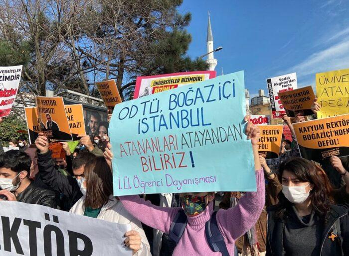 Protestierende an der Boğaziçi Uni in Istanbul