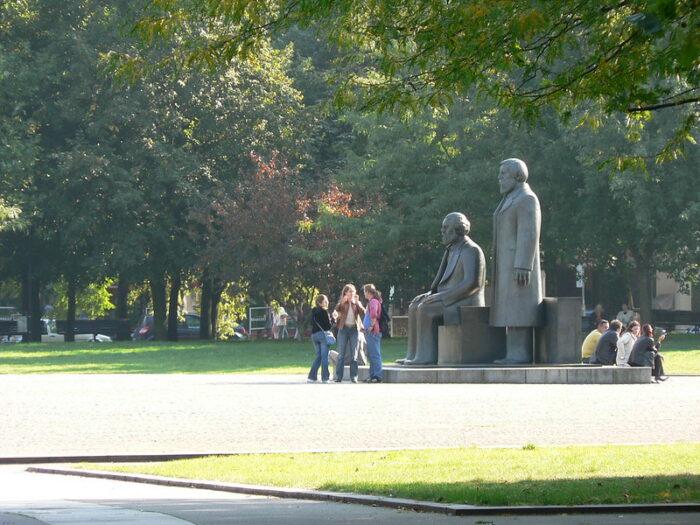 Menschen vor dem Marx-Engels-Denkmal in Berlin