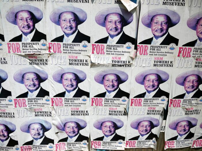 Aneinander gereihte Wahlkampfposter von Yoweri Museveni