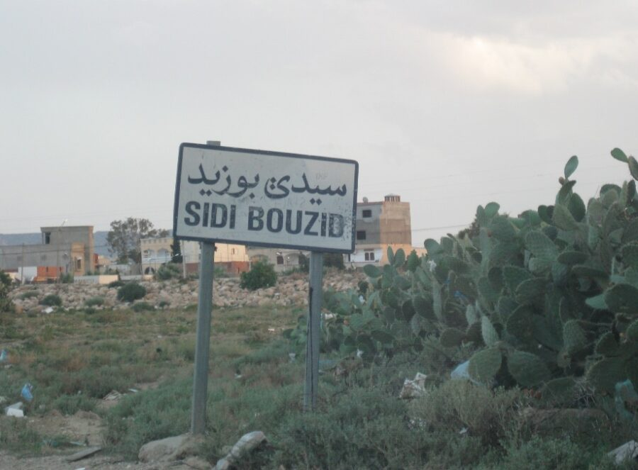 Ortseingangsschild von Sidi Bouzid, wo 2010/2011 die Revolution in Tunesien begann.