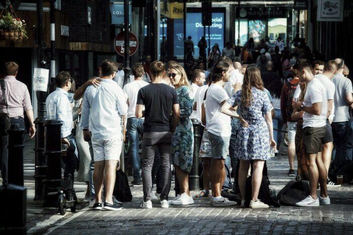 Menschenmenge in London beim Social Distancong, ohne Abstand und Masken