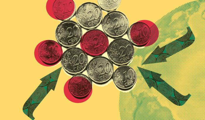 Münzen in verschiedenen Farben, mit Pfeilen, die auf die Münzen zeigen, im Hintergrund ein Globus