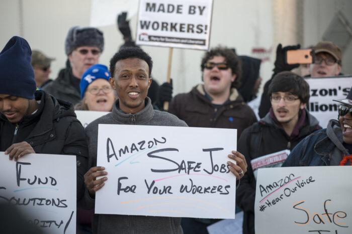 Protestierende, lachende Arbeiter*innen vor dem Werkstor von Amazon in Shakopee, Minnesota