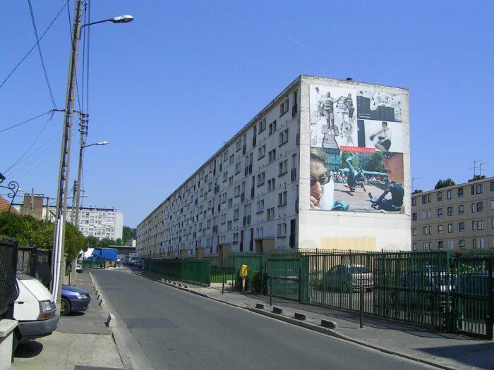 Fassade eines Plattenbaus mit Plakaten
