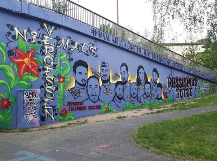 Eine Wand mit Graffiti, das die Ermordeten von Hanau zeigt.