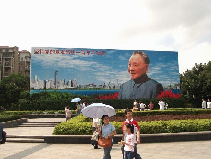 Eine Familie vor einem Wandbild von Deng Xiaoping.