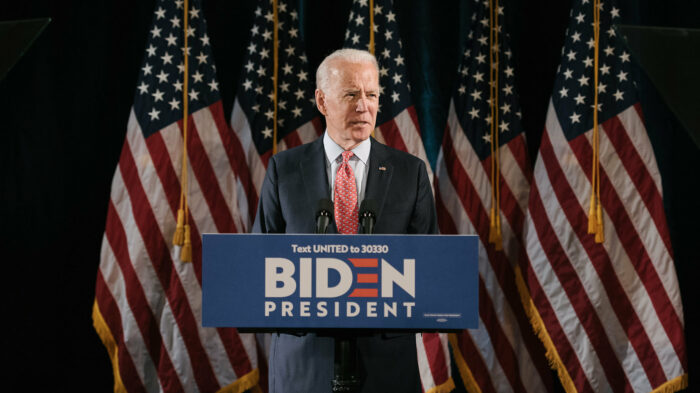 US-Präsident Joe Biden steht an einem Rednerpult, während seines Wahlkampfes im vergangenen Oktober.