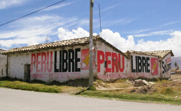 Die Wände eines Hauses sind mit der Aufschrift Peru Libre und dem Symbol, einem Stift, bemalt